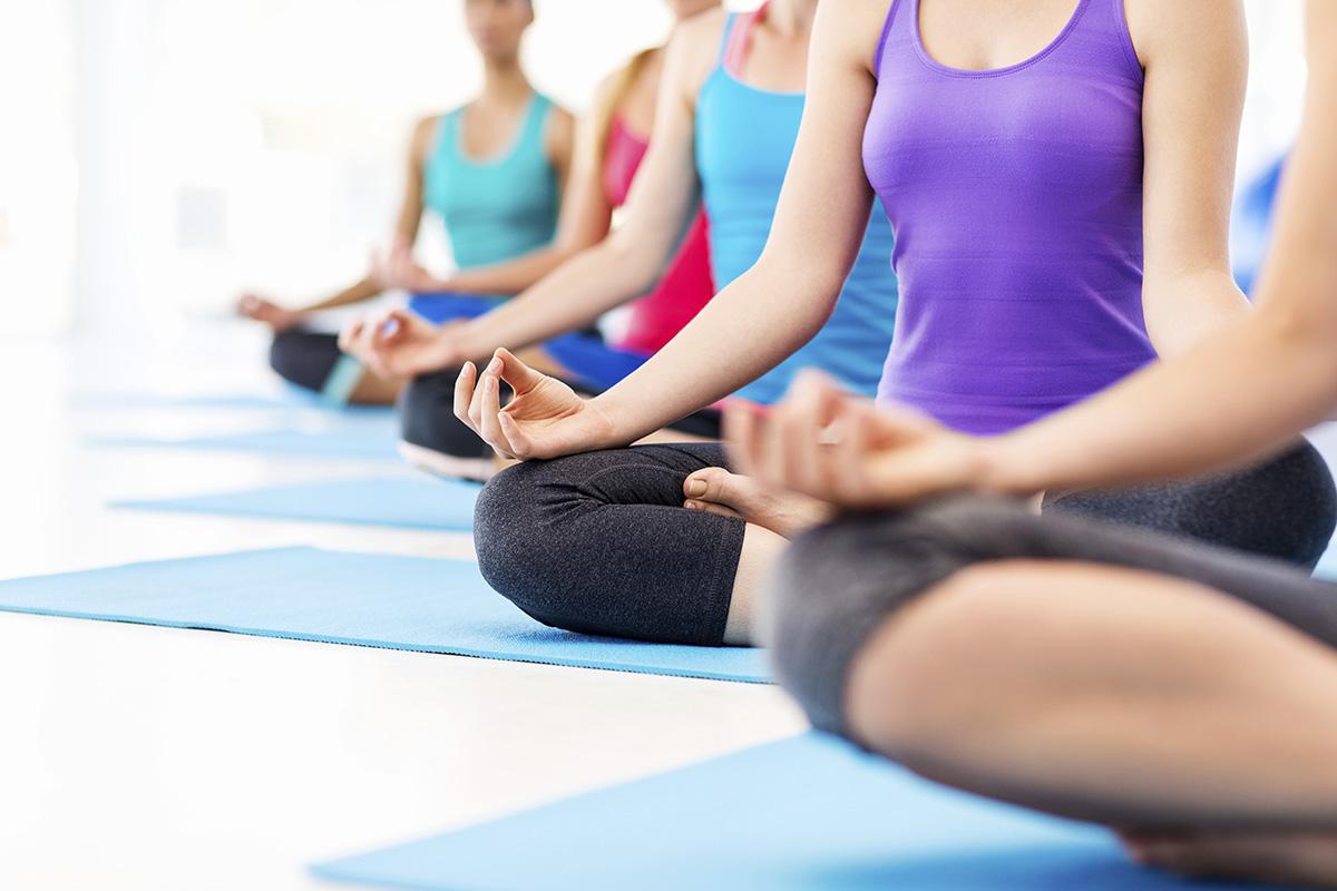 Приятелки заедно на йога курс