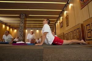 Участници в йога курс асани