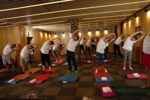 Йога пози с много участници