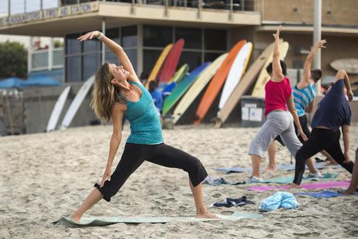 Йога упражнения на плажа