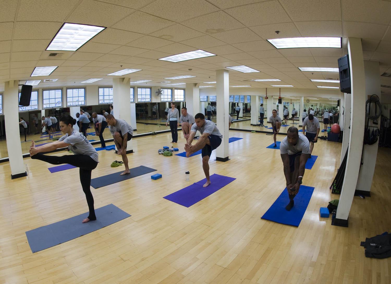 Йога упражнения в зала за курсове